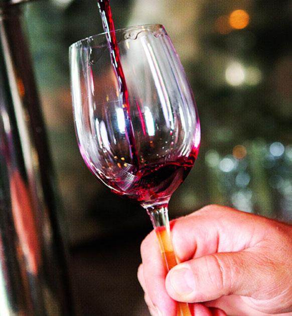 """Ly dùng cho rượu vang là loại ly thân bầu. Nên cầm vào phần đế của ly để tránh làm nhiệt độ từ bàn tay ảnh hưởng đến mùi vị rượu. Rượu vang được xem như """"giai nhân"""" của các món ăn Âu khi khiến từng món trở nên đậm đà, tinh tế hơn nó […]"""