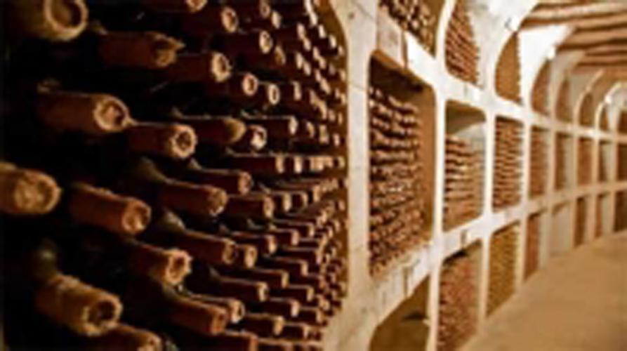 Rượu vang khác với rượu mạnh ở chỗ nó chưa bao giờ được cất nấu, nên nó vẫn còn là một vật sống. Nghĩa là, ngay khi ở trong chai, nó cũng thở, cũng tiến hoá và có một đời sống gồm từ thời thơ ấu. thời tráng niên đến thời lão suy. Có những […]