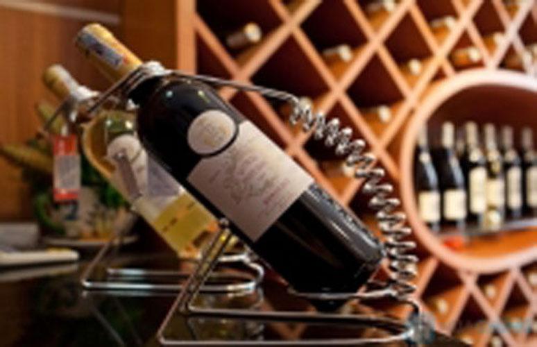 Một khi nút bần bị kéo ra khỏi chai có nghĩa là rượu đã tiếp xúc với không khí, nếu không biết cách bảo quản thì rượu rất dễ bị hỏng. Thế nhưng bảo quản như thế nào và bảo quản trong bao lâu để rượu đã khui vẫn giữ được mùi vị thì không […]