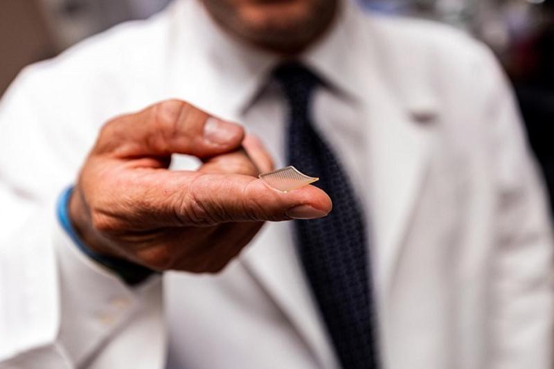 MỸ –Các nhà nghiên cứu tạo ra miếng dán chứa 400 đầu kim cực nhỏ đưa protein hình gai vào da để tạo kháng thể tiêu diệt nCoV. Vaccine mới được đưa vào cơ thể qua miếng dán nhỏ bằng đầu ngón tay và có thể bảo quản ở nhiệt độ phòng. Ảnh:UPMC. Nhóm nghiên […]